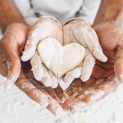 cours pâtisserie avec vue sur les mains d'un enfant et d'un parent