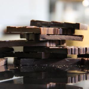morceaux de tablettes de chocolat cassés