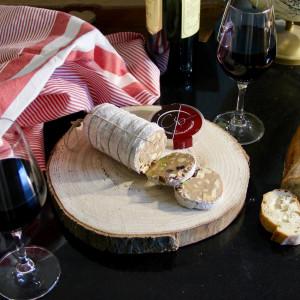 saucisson au chocolat autour de verres de vin