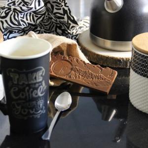 tablette de chocolat au lait autour d'un café
