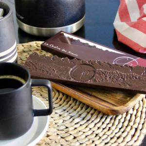 tablette de chocolat noir autour d'un café