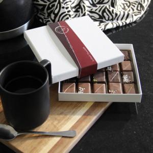 coffret de chocolats pralinés accompagné d'un café