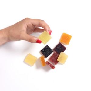 pâte de fruits tenu dans une main