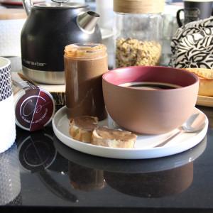 tartine de praliné autour d'un café